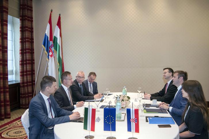 Szijjártó Péter külgazdasági és külügyminiszter (b2) és Tomislav Coric horvát környezetvédelmi és energetikai miniszter Zágrábban 2019. június 19-én. Jobbról Barbara Doric, az LNG Croatia igazgatója.
