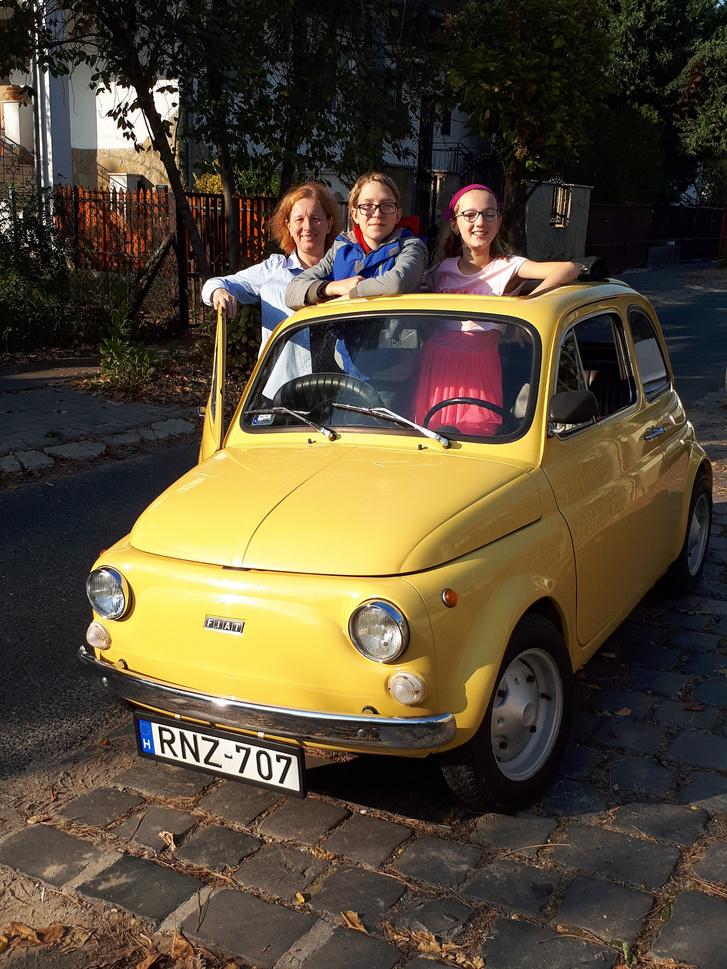 Kriszta, Norbi, Lotti - Kriszta Kati gyerekkori barátnője, ugyanabba az osztályba jártak, ahol a tanáruknak a meghatározó 500-as Fiatja volt