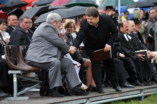 Székelyudvarhely 2012. május 27.                         Szőcs Géza kultúráért felelős államtitkár (b) és Szász Jenő a szervező Székelyudvarhelyért Alapítvány elnöke (j) üdvözlik egymást a Nyirő József emlékéért megrendezett ökumenikus áhítaton a székelyudvarhelyi Papkertben. Az 1953-ban emigrációban elhunyt erdélyi magyar író újratemetését nem tartják meg május 27-én mivel a szervezők maradéktalanul eleget kívánnak tenni a hatályos romániai jogi szabályozásoknak. A szertartásra egy későbbi időpontban kerül sor.