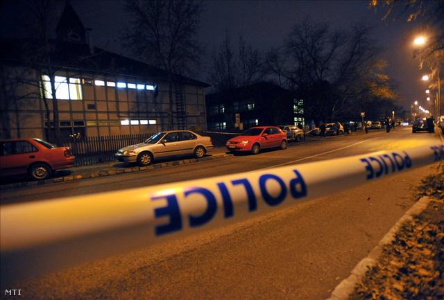 Budapest, 2009. január 7. A Csepel-sziget Általános és Szakképző Iskola, miután ott két embert megölt, az iskola gondnokát pedig kézen lőtte egy ismeretlen támadó.