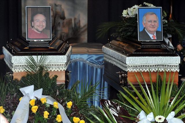 Takács József és Papp László, a csepeli kettős gyilkosság áldozatainak fényképe a temetésükön