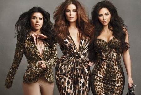 A középső, magas nő Khloe Kardashian