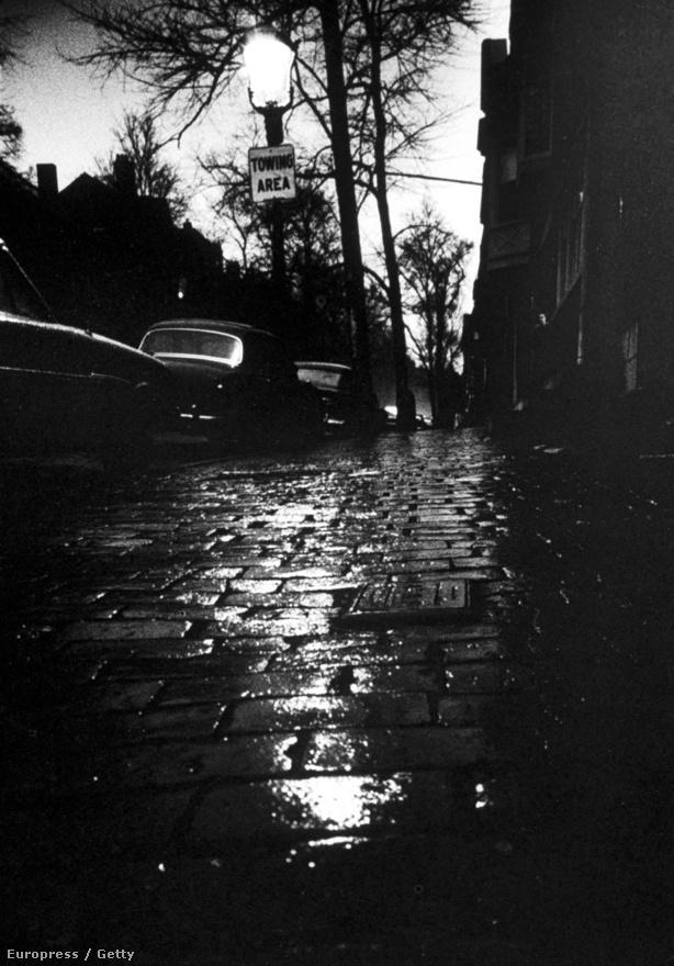 Beacon Hill utca nyomasztó árnyai napnyugta után, a fojtogató tevékenysége idején. A bostoni fojtogató ügye még a felderítetlen sorozatgyilkosságok mezőnyében is különlegesnek számít: ma sem lehet bizonyosan tudni, hogy egy vagy több elkövető köthető a sorozatgyilkossághoz.