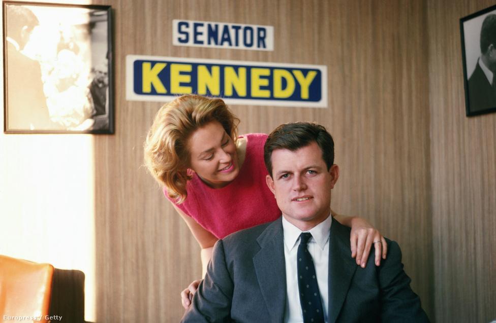 Edward Kennedy, újdonsült massachusettsi szenátor és felesége, Joan. A politikus karrierje kezdetén rögtön egy nehéz, a közvéleményt országszerte felkavaró esettel szembesült.