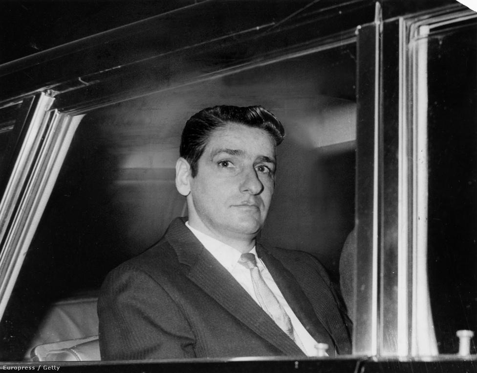 Amikor már úgy tűnt, a bostoni fojtogató kilétére sosem derül fény, 1964. október 27-én nemi erőszak gyanújával letartóztatták Albert DeSalvot. Miután közzétették a fényképét, más, hasonlóan bántalmazott nő is felismerni vélte, DeSalvo pedig részletes vallomást tett arról, hogy valójában ő követte el a gyilkosságokat. DeSalvót végül életfogytiglani börtönre ítélték, de csak a betöréses-megerőszakolós esetek miatt, miután semmilyen tárgyi bizonyíték nem támasztotta alá, hogy ő követte volna el a gyilkosságokat. A képen: 1967. január 10-én DeSalvo elhagyja a felsőbb bíróságot törvényszéki kihallgatása első napján.