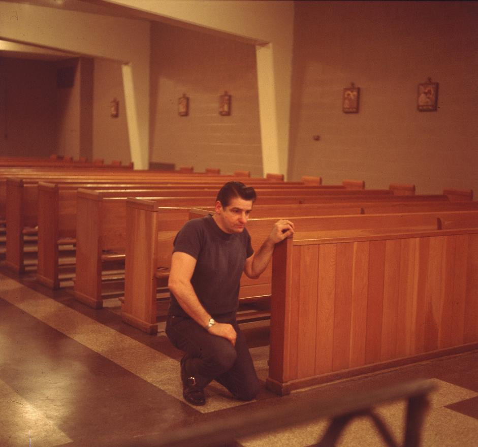 Albert DeSalvo imádkozik a Walpole Állami Börtön kápolnájában, a hetvenes évek elején.