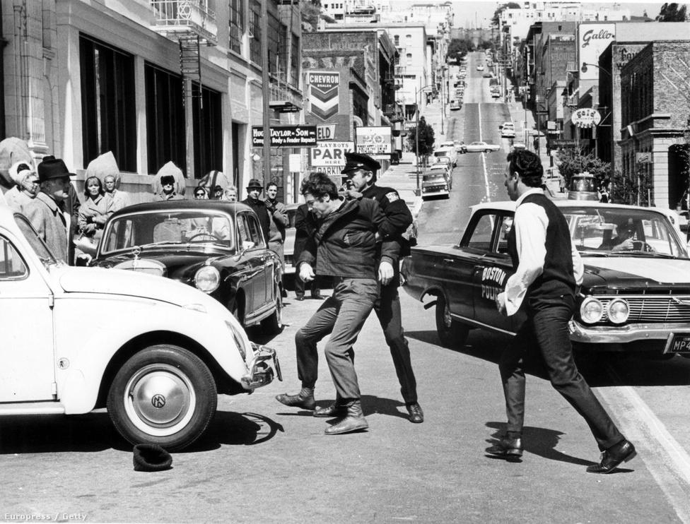 Újabb film, pár évvel a történtek után: A bostoni fojtogató (20th Century Fox, 1968). Forgatási fotó a Tony Curtis főszereplésével készült filmből (rendezte: Richard Fleischer)