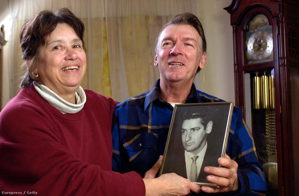 Richard DeSalvo, Albert öccse és felesége, Rosalie a 2001-es DNS-vizsgálat eredményének nyilvánosságra hozása után. Az eredmény negatív ugyan, de perdöntő bizonyítéknak ez sem számít, mint ahogy az sem biztos, hogy a bostoni fojtogató már halott.