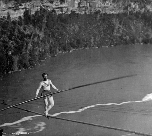 Charles Blondin francia akrobata kelt át először a vízesés felett 1859-ben