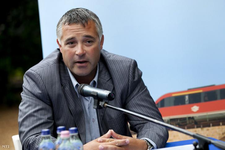 Holovits Huba, Balatonföldvár polgármestere beszél a MÁV balatoni közmunkaprogramjáról tartott sajtótájékoztatón 2011. július 21-én