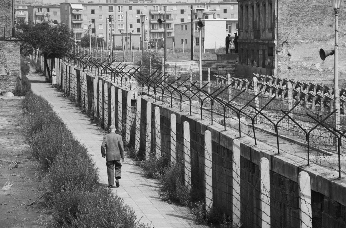 Egy férfi sétál a berlini fal nyugati oldalán 1962-ben.