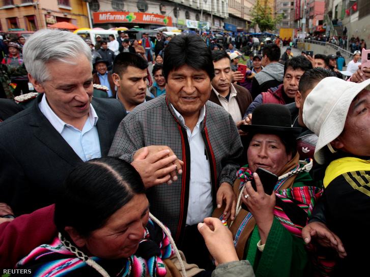Evo Morales elnök Alvaro Garcia Linera alelnök köszöntik támogatóikat La Paz városában 2019. november 5-én.