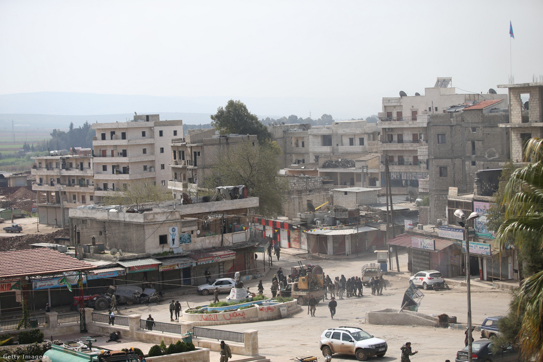 Afrin város központjában a Szabad Szíriai Hadsereg erői láthatóak a város irányításának átvétele után 2018. március 18-án.