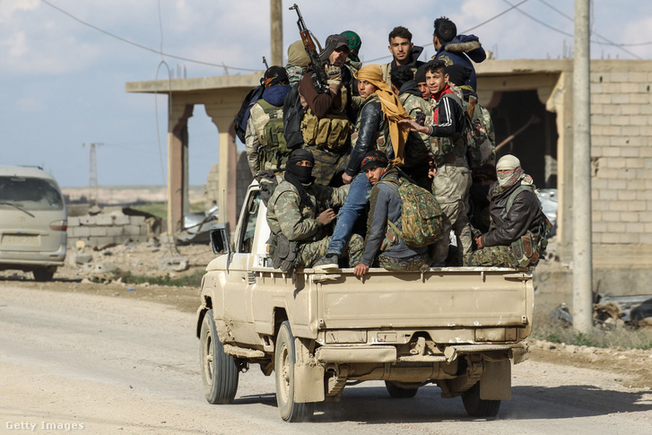 Az USA-szövetséges kurdok által vezetett Szíriai Demokratikus Erők (SDF) katonái járőröznek az ISIS fennhatósága alatt tartott Baghouz településen Deir-ezzór térségben 2019. február 18-án.
