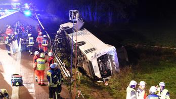Felborult egy lengyel turistabusz Hamburgnál, 32-en sérültek