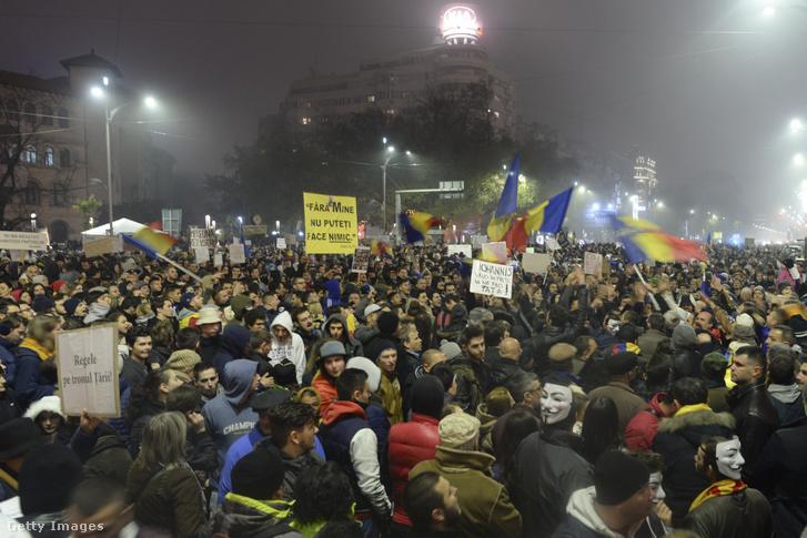 Tüntetés Bukarestben a több mint 60 halálos áldozatot követelő diszkótüzet követően 2015. november 6-án.
