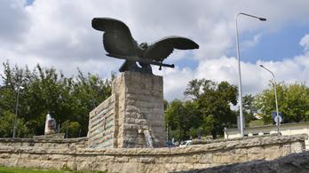 Kiderült, hogy Pokorni nagyapja nyilas gyilkos volt, a polgármester leveteti a nevét a Turulról