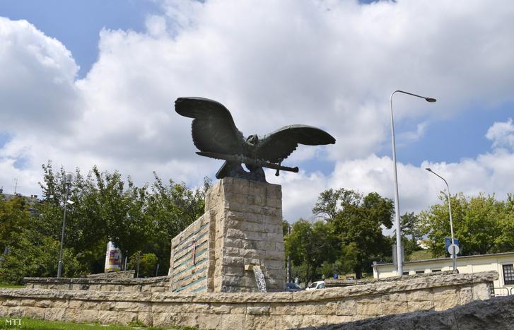 A II. világháború XII. kerületi áldozatainak emlékműve az Istenhegyi út és a Böszörményi út kereszteződésében