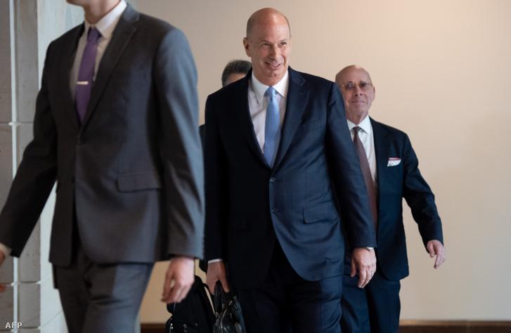 Gordon Sondland, az USA európai uniós nagykövete érkezik a Capitoliumba kongresszusi meghallgatásra 2019. október 27-én