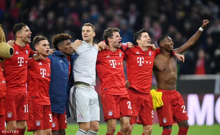 Tomas Muller, David Alaba, Robert Lewandowski, Manuel Neuer a Bayern játékosai ünnepelnek a Borussia Dortmund ellen vívott mérkőzés után 2019. novber 9-én