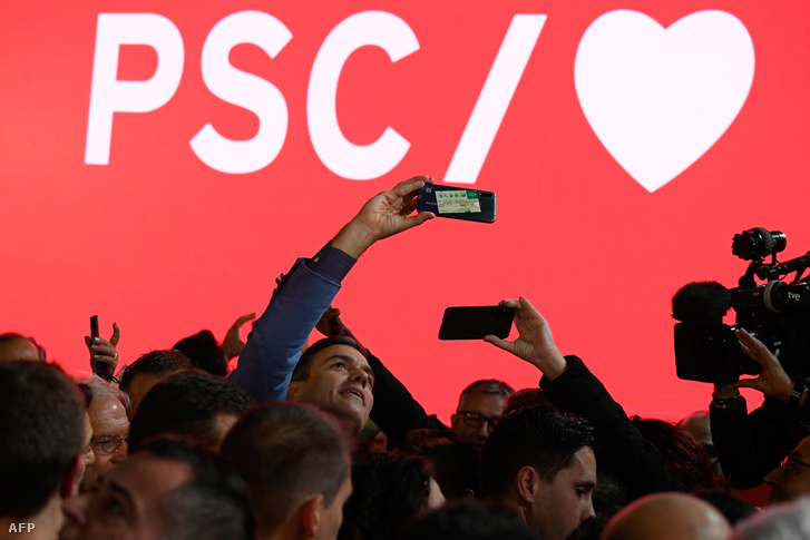 Pedro Sanchez hivatalban lévő miniszterelnök és egyben a PSOE jelöltje barcelonai kampányzáróján pózol egy szelfihez 2019. november 8-án