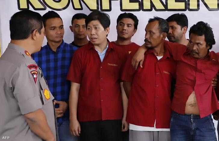 A helyi rendőrfőnök kérdezi ki a gyilkossággal gyanúsított pálmaolaj-cég vezetőjét és kollégáit 2019. november 8-án az észak-szumátrai Medanban.