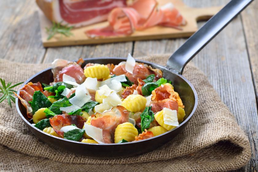 20 perces spenótos gnocchi: ropogós baconnel még finomabb