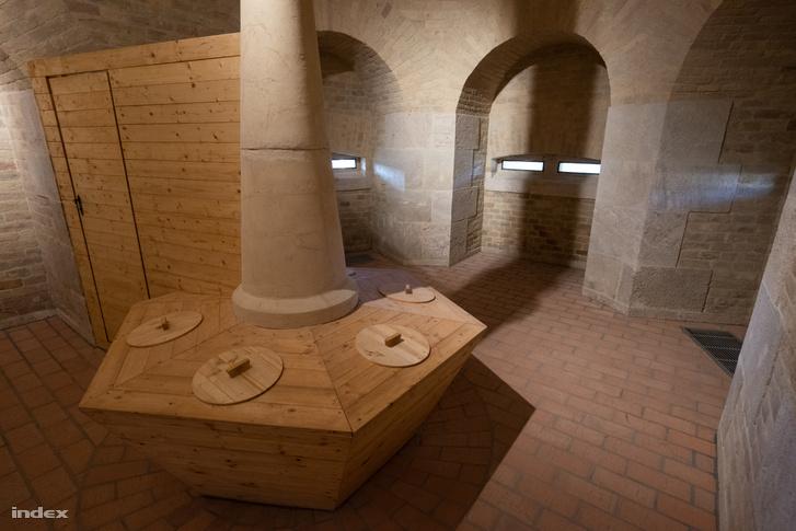 A régi erődben rekonstruált latrina többüléses pottyantósáról akár lőni is lehetett a lőréseken át.