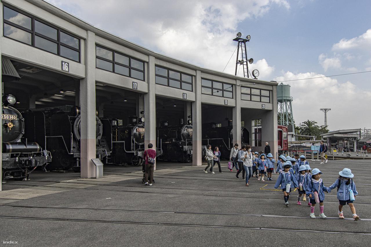 A múzeumot nagy számban látogatják óvodai, iskolai csoportok, egy-egy zsúfoltabb napon valósággal fürtökben lógnak a mozdonyokról a  gyerekek.