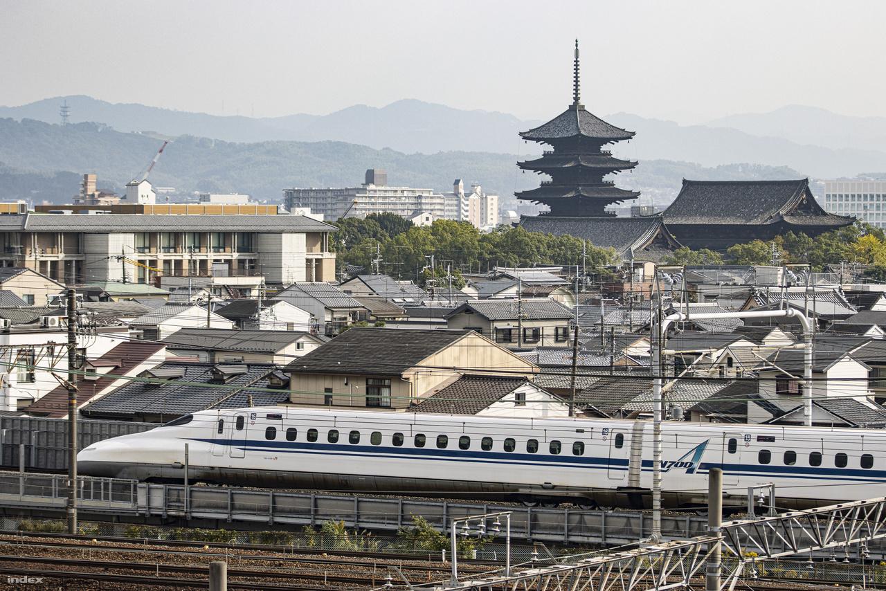 A múzeum a Kiotót Tokióval összekötő vasútvonal mellett, a kiotói főpályaudvartól nem messze található, harmadik emeleti kilátóteraszáról kiváló panoráma nyílik a városra és a vonatforgalomra. A képen a Tókaidó Sinkanszen vonal egyik N700-as szuperexpressz vonata robog.