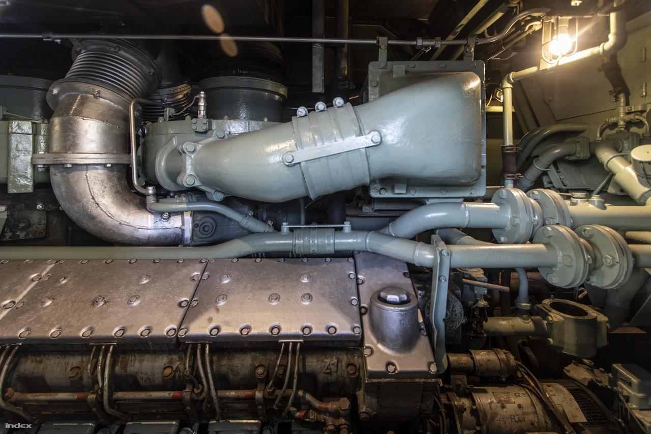Japán első közepes méretű dízelmozdonyának, a DD54-nek (Type No. 33) motorja.