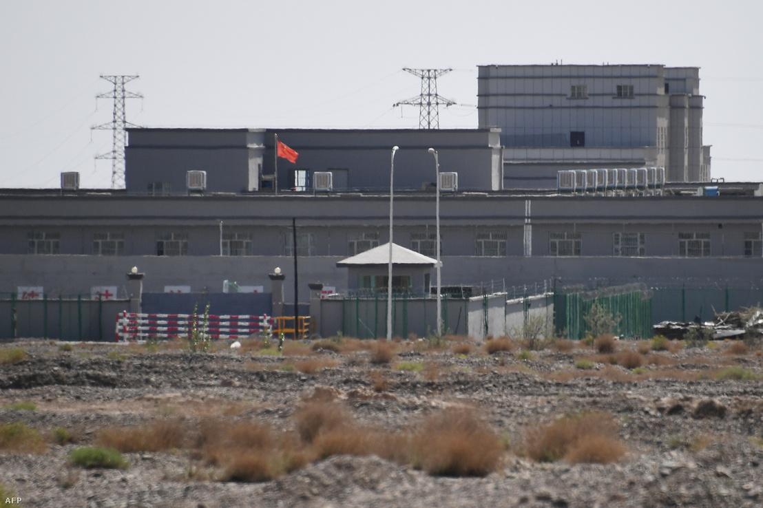 2019. június 2-án készített fotó egy olyan épületről, ami nagy valószínűség szerint olyan átnevelőtábor, ahol főleg a muzulmán etnikai kissebség tagjait tartják fogva a Kína Hszincsiang régiójában lévő Artuxban.