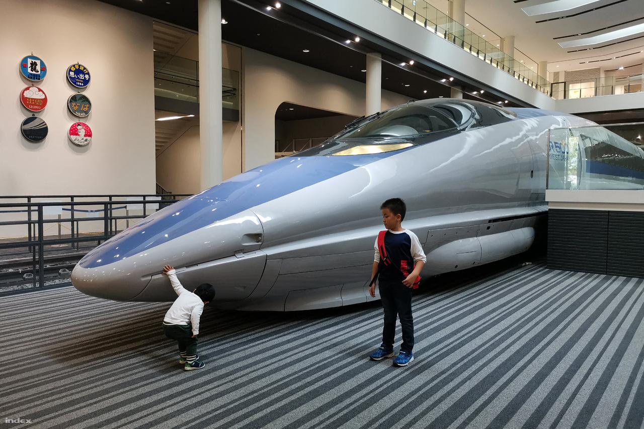 Az 500-as sinkanszen alapos ellenőrzésen esik át. Ebből a villamos motorvonatból 1995 és 1998 között összesen 9 szerelvény épült. Nyolc ma is közlekedik, a kilencedik (az 1996-ban épült 500 series W1) a kiotói múzeumban látható.