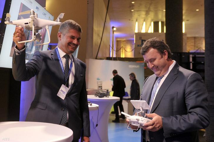 Palkovics László innovációs és technológiai miniszter és Szepessy Kornél a HungaroControl Zrt. vezérigazgatója egy drónnal a II. Drón Konferencia és Expón