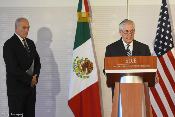 Rex Tillerson és John Kelly egy sajtótájékoztatón Mexikóban