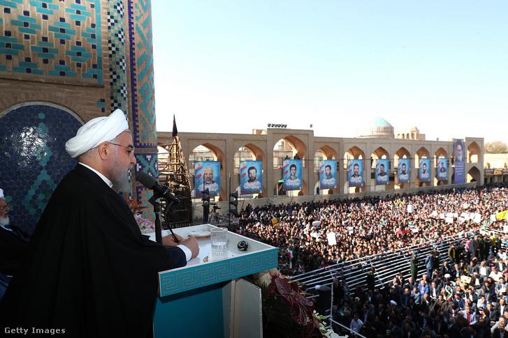 Haszan Róháni iráni köztársasági elnök vasárnapi beszéde közben Jazdban