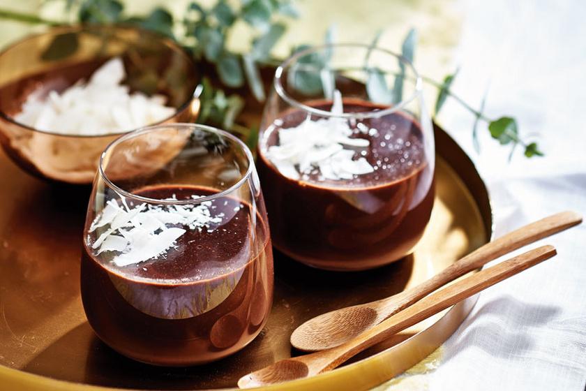 Vegán csokoládépuding selymes kókusztejjel: minimális hozzáadott cukorral készül