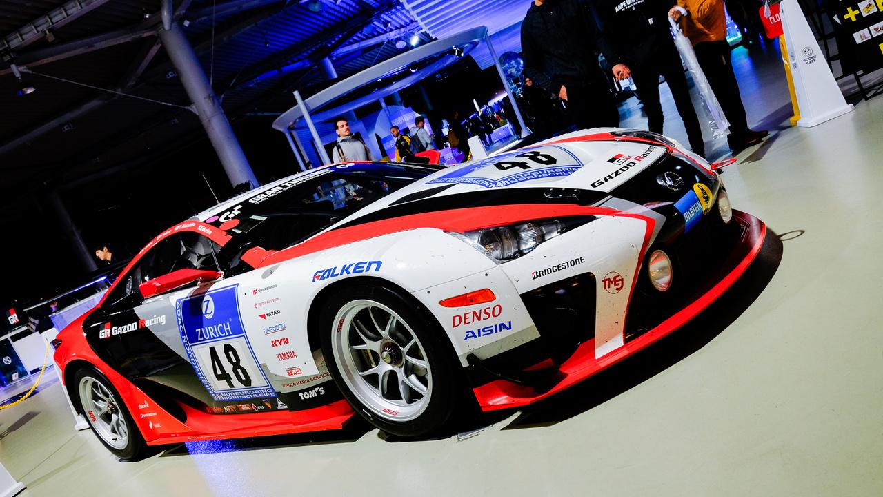 Ez a Lexus LF-A alkotja a Rookie Café egyik falát. A kocsi a 2012-es nürburgringi 24 óráson versenyzett