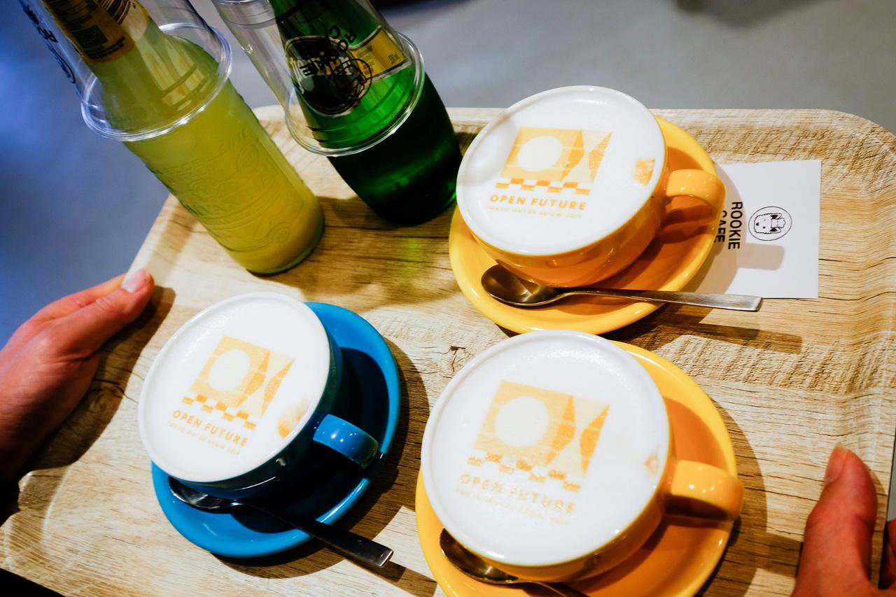 Most nem egyszerű díszhabot nyomtak a kapucnira, hanem Tokyo Motor Show molinót lézernyomtattak rá - kávéból