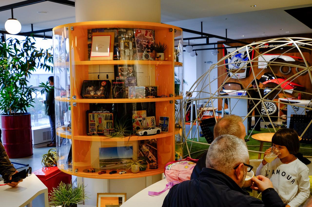 A Nürburgring-témát nehezen tudták elereszteni a kávézó belsőépítészei