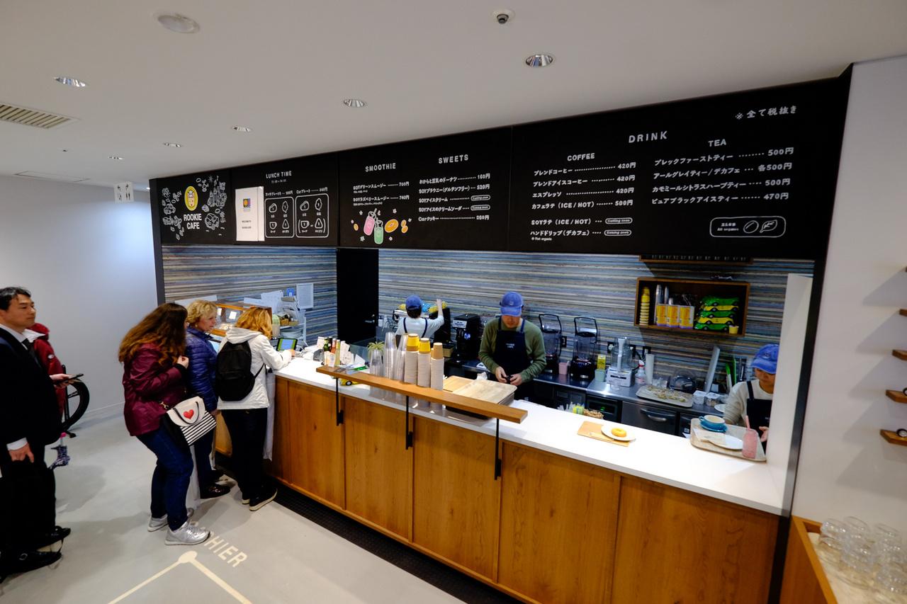 Minden a lehető legdurvább minőség, currywusttől, hamburgeren át, donuton keresztül spéci sütikig minden van. És - ami Japánban nagyon nehezen elérhető dolog - a kávé is mennyei, európai ízlés szerinti. Igaz, presszó, latte 420 jen, azaz 1100 forint, a cappuccino meg 500, ami 1350