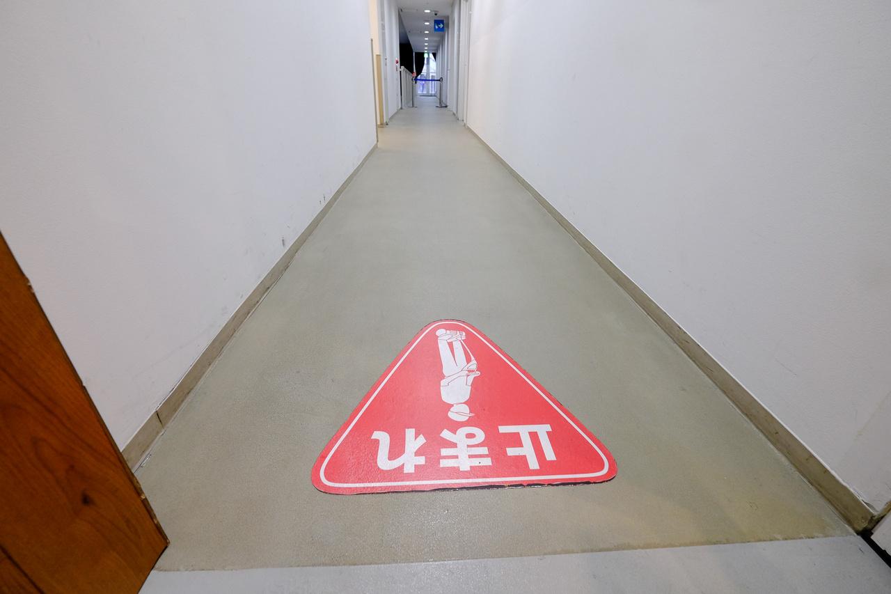Szoptatószobához vezető út. Ide tilos behajtani a Toyota-féle mini-Segway-ekkel, amelyekkel egy csomóan járkálnak a Mega Webben