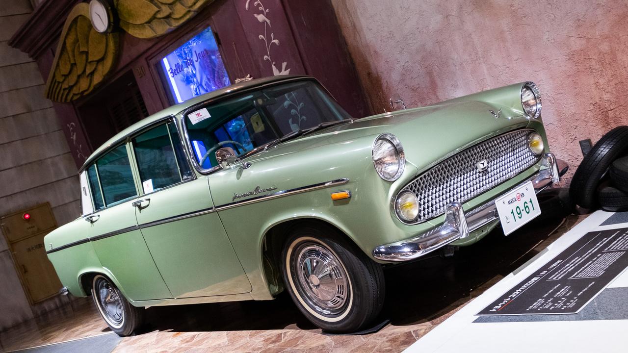 Általában a History Garage második szintjét találja meg azon az emeleten jobban zajlik a plázaélet. Rögtön jobbról egy éktelenül metálzöld orr fogad: 2. generációs Toyota Corona (RT20), 1961-től gyártották. Nem lehet nem észrevenni a Panorama Rekord-rokonságot