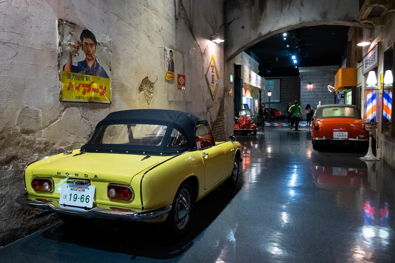 Ennyi kabrió talán sosem volt egy régi japán utcában: balra Honda S600, jobbra Toyota Publica Convertible. A múzeumba ingyenes a belépő!