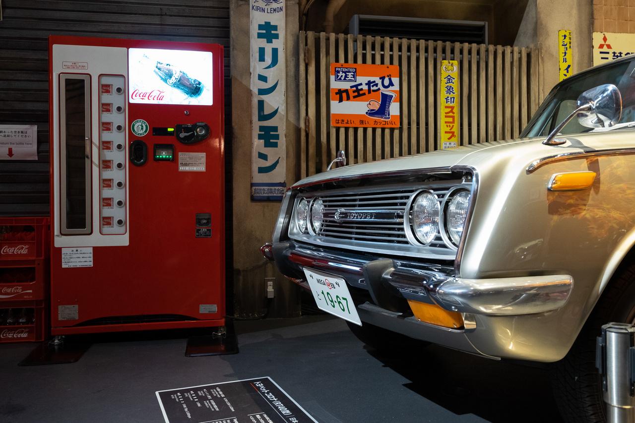 Az első külföldön is igazán sikeres Toyota volt a Crownnál kisebb, a Corollánál nagyobb Corona, melyből ma is fut még egy csomó Amerikában és például Hollandiában. Ez egy 1967-es példány, 1,5-ös, 70 lóerős motorral, hozzá való, hatvanas évek végi kólaautómatával