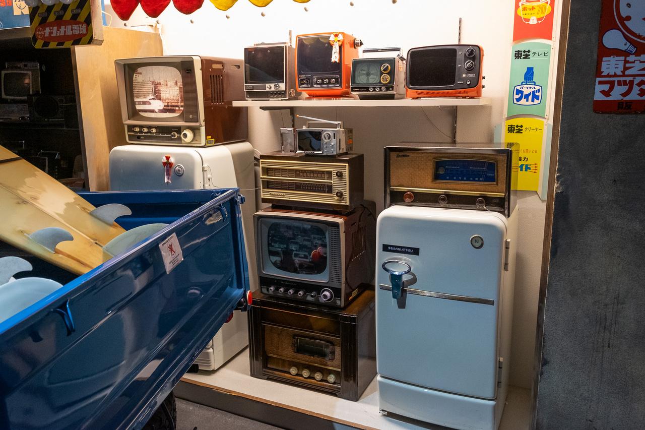 Hitachi, Sanyo, Toshiba tévék - a hatvanas-hetvenes évek fordulóján mindenki azt gyártott. A legérdekesebb azonban középen, a pici Sony, az kultstátuszra emelkedett. Olyan volt a 600-as sejk-Mercedesben és a Rolls-Royce-okban is