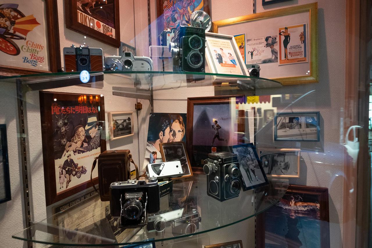 Híres hatvanas évekbeli filmplakátok viaskodnak a figyelemért a kétaknás (TLR) Mamiyaflex fényképezőgéppel