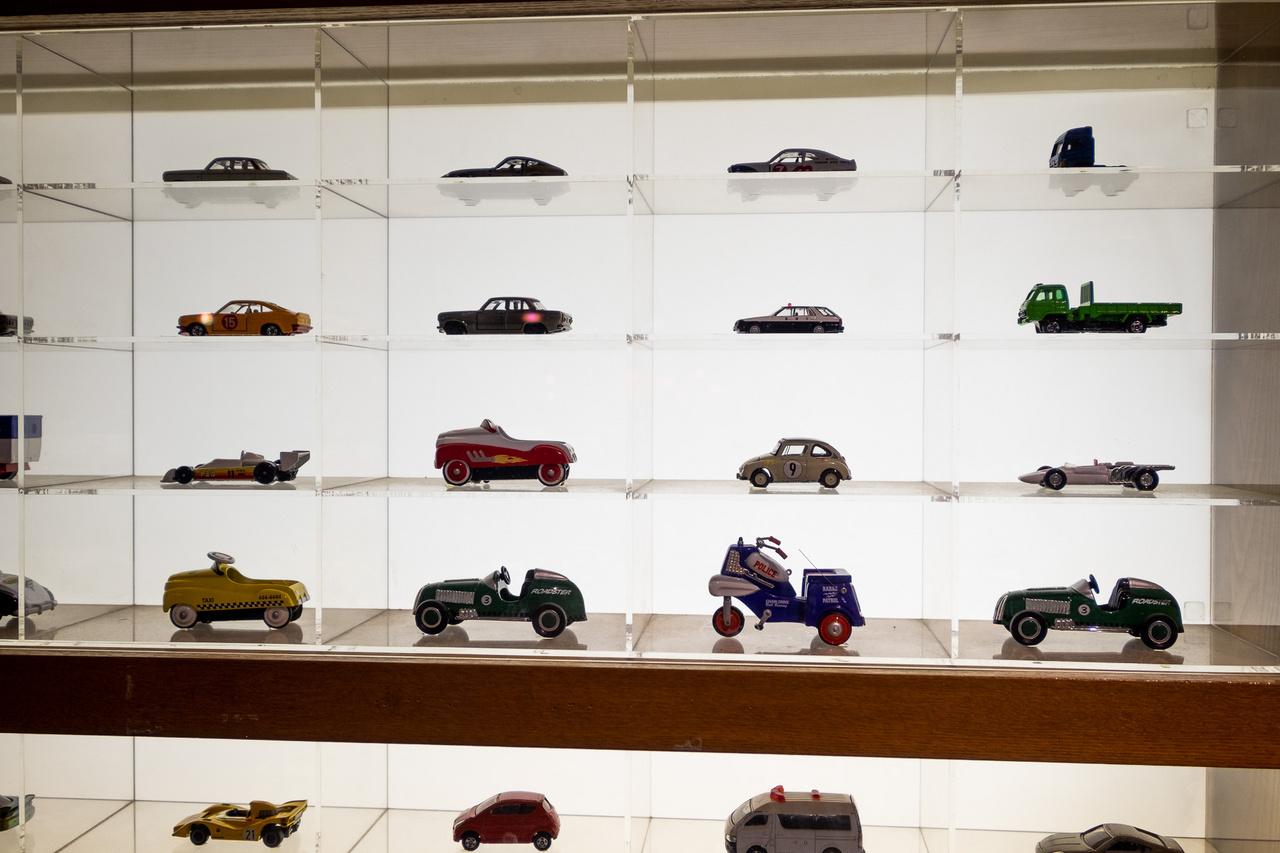 Ősrégi japán modell-kisautók spéci, dagerrotípia-szerű megvilágításban