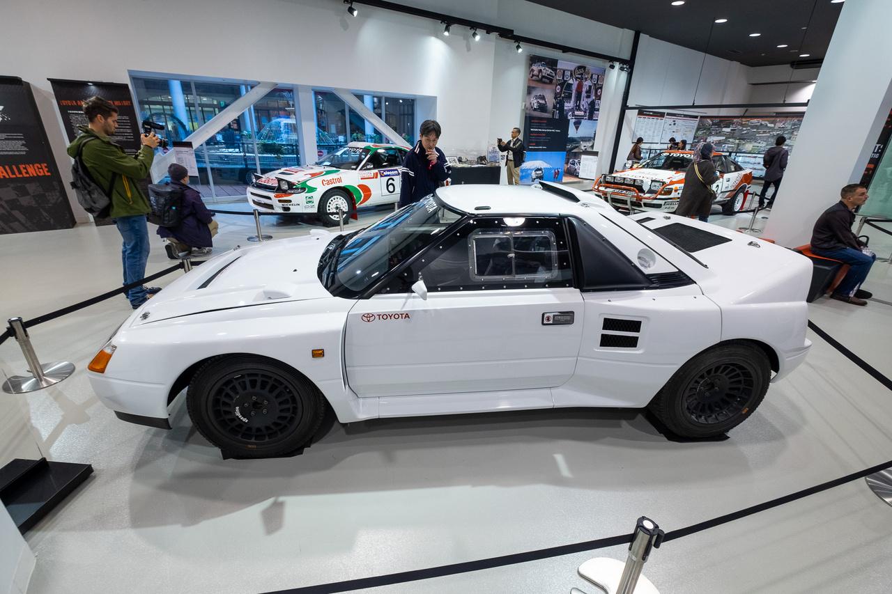 Toyota-raliautók terme. Ez itt egy felismerhetetlenségig átalakított MR2-es, amúgy négykerékhajtásos, és a B csoportot helyettesítő, leendő S csoport előírásainak megfelelve készült. Ami nem lett