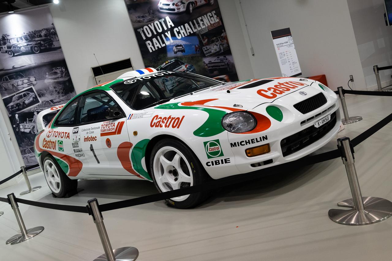 Denis Giraudet és Didier Auriol tolta egy ilyen 1995-ös GT-Fourral a Korzika Rali megnyerésén. Becsületes a kiírás - ez az autó replika